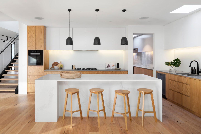 Minimalistische Küche in weiß und Holz