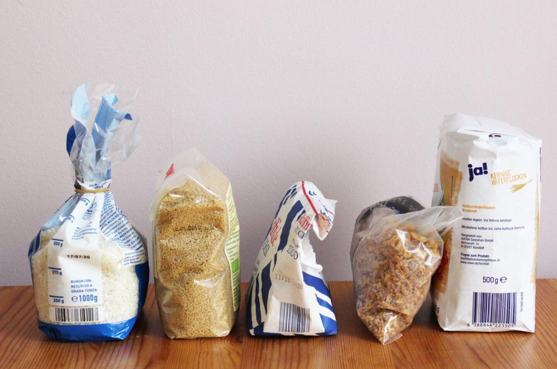 Lebensmittel in ihrer Originalverspackung vor dem Umfüllen