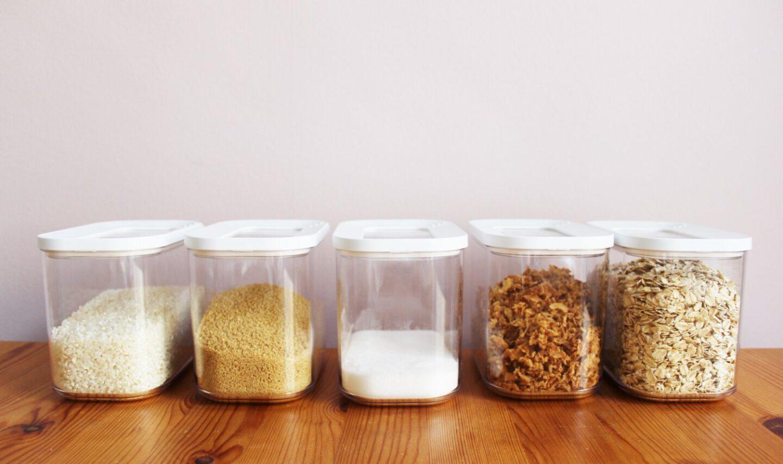 Reis, Haferflocken und weitere Lebensmittel im Vorratsbehälter aus Plastik